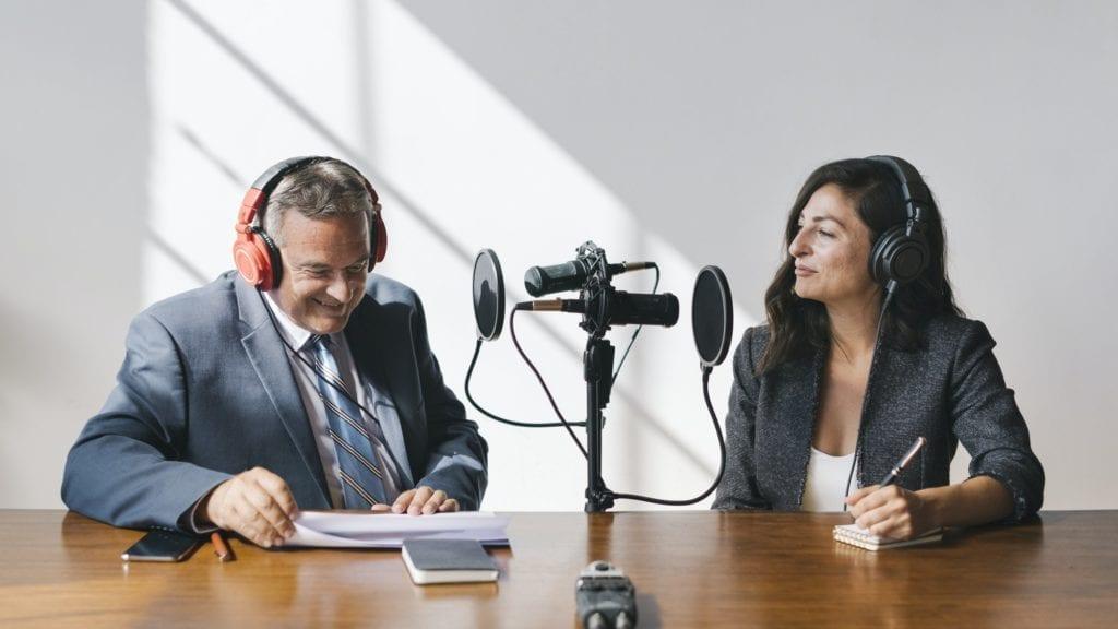 Personas grabando un podcast