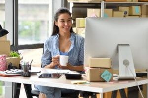 emprendedora tomando cafe
