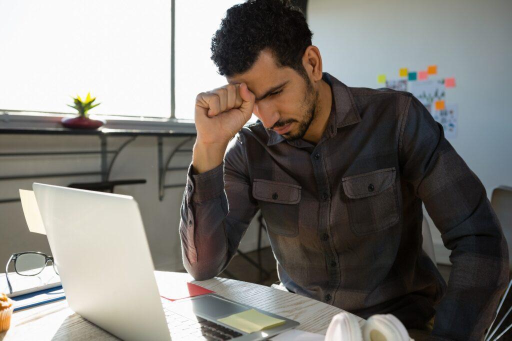 Empresario pierde dinero emprendedor
