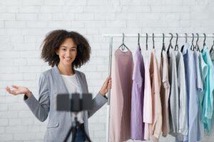 chica promocionando su ropa