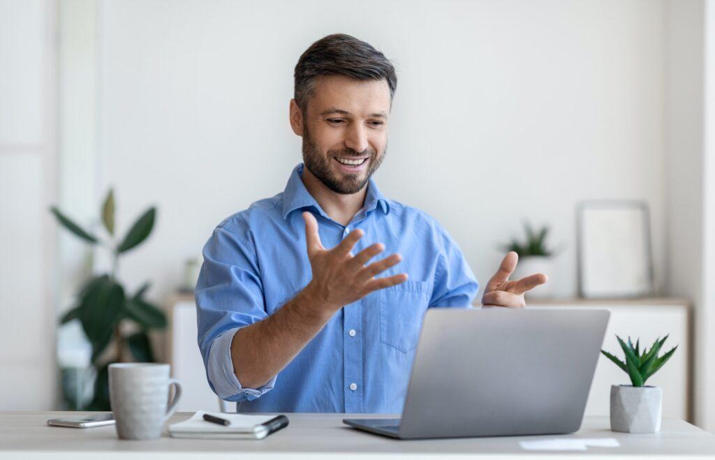 Hombre sorprendido computadora