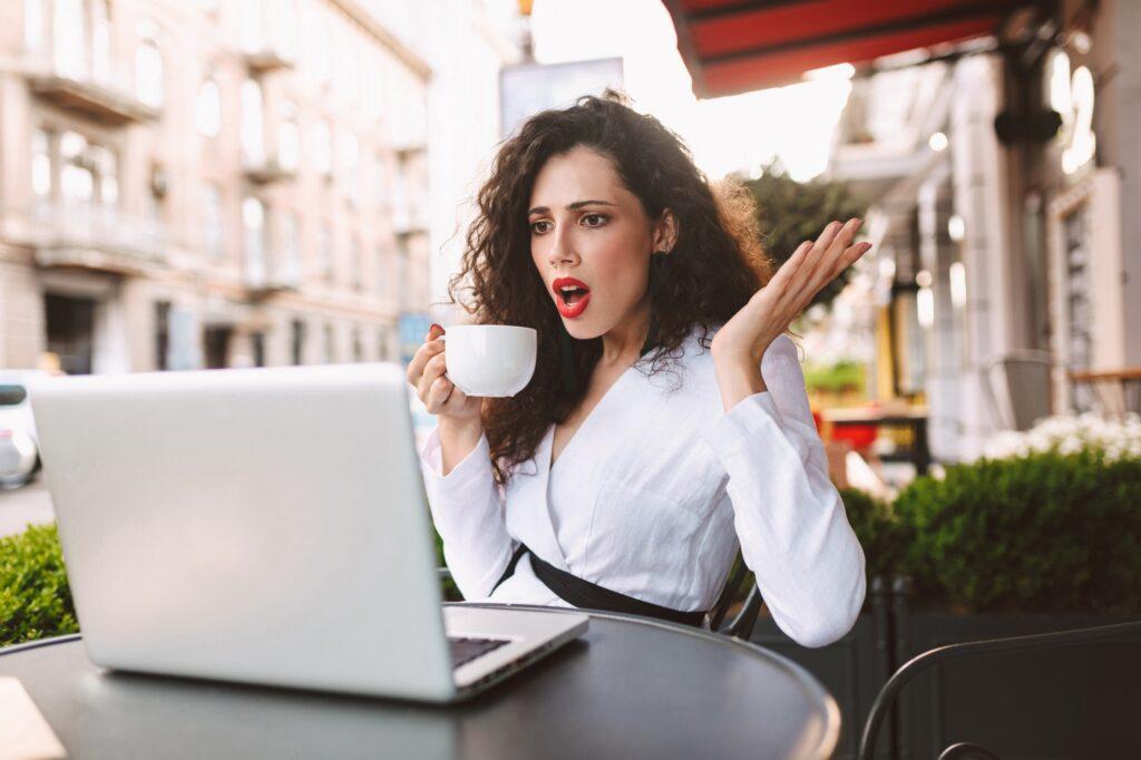 mujer decepcionada en su computadora